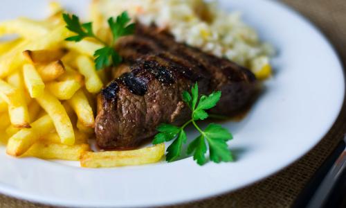 Что будет, если сочетать мясо с картошкой, а кофе – с молоком, раскрыла диетолог